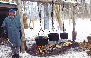 樹液を煮詰めてメープルシロップを作る