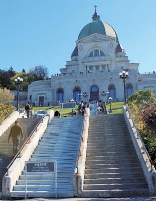 この中央の階段が奇跡を起こすと信じられている
