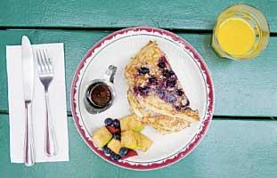 ブルーベリーパンケーキは夏限定。新鮮なフルーツとメープルシロップとともに。