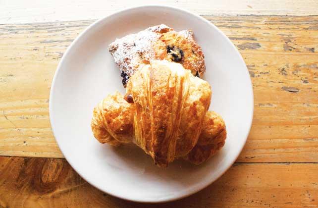 朝食の定番スコーンとクロワッサン