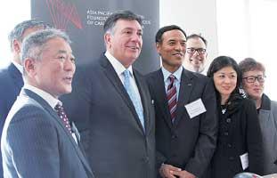 中山泰則在トロント総領事やチャールズ・ソーザ・オンタリオ州財務相らとともに