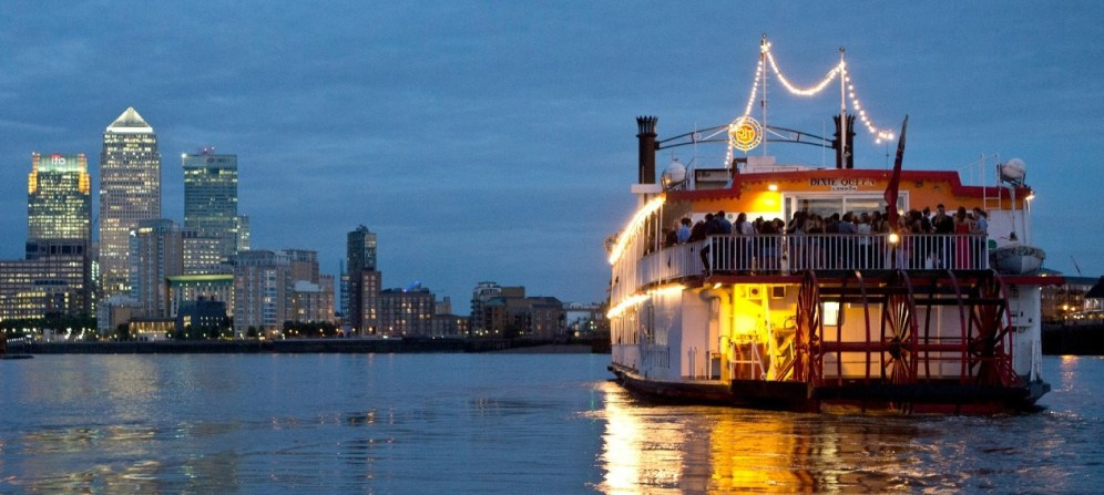 dixie-queen-cruising-past-canary-wharf-eadt-london-evening-party-lights-05031349