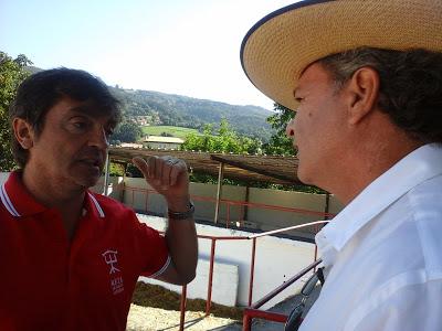 "Fabrice Torrito en discussion avec Miguel Reta, le pastor de Pamplona et ganadero de ""Alba Reta"" de caste navarraise"