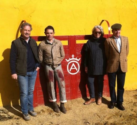 Sanchez Vara entouré du Mayoral et des ganaderos