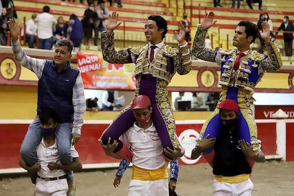 Flores, Martínez y el ganadero a hombros en Teziutlán