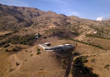 À flanc de colline, la Ring House se cache dans le paysage naturel de Crète © decaARCHITECTURE