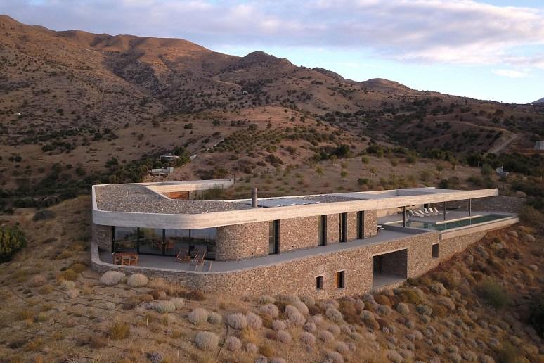 À flanc de colline, la Ring House se cache dans le paysage naturel de Crète © decaARCHITECTURE (12)