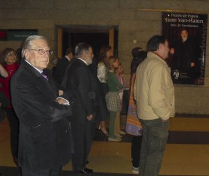 Van Halen, junto al alcalde de Torrelodones, escuchando las interpretaciones de la Banda Sinfónica Municipal de Torrelodones