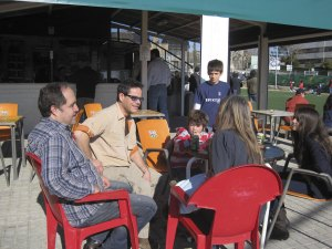 Jorge Sanz y cía., esperando el comienzo del partido de su hijo, el pasado domingo 16