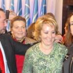 Guzman e Isabel Ruiz Tarazona (a ambos lados de Esperanza Aguirre)