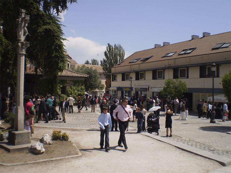Plaza de la Iglesia de Torrelodones el sábado, antes de la tormenta