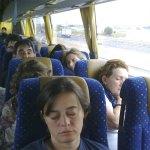 4.000 km en autobús! En la segunda fila, Conchi, dormida, a su lado Maricarmen.