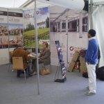 Extranjeros curioseando en la I Feria Inmobiliaria de Madrid Noroeste (FIMAN)