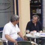 Luis Carcaño, presidente de la Peña La Cucaña, charlando con Santiago Burgos, vecino de la Colonia.