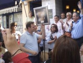 Javier de El Torreón, al recibir el premio como ganador del Concurso de Tapas de la colonia de Torrelodones