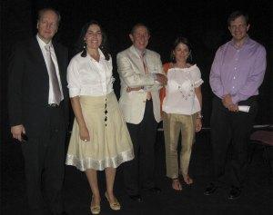 En el medio Fernando Puchol y la Alcaldesa y la Concejal de Cultura