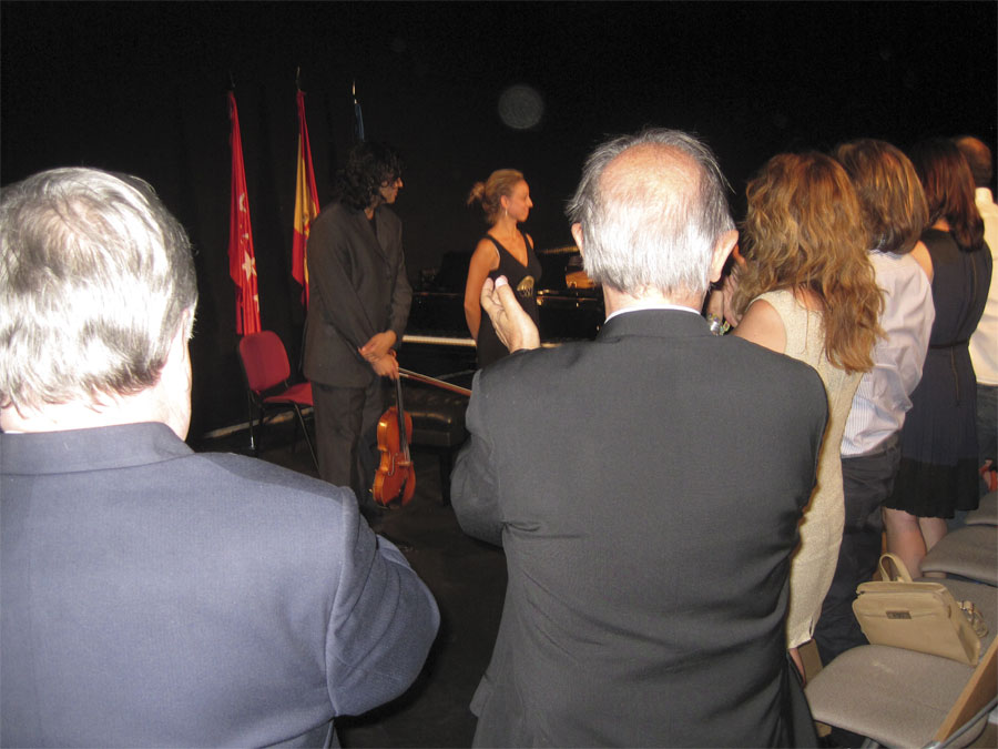 El público en pie, ovaciona a Yuval Gotlibovich y Leonor Salinero