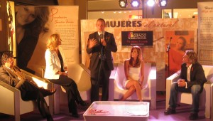 Juan Béjar (extremo derecho), el Director del CC Espacio Torrelodones (centro) y Luis Malibrán (derecha)