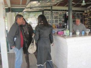 Concejales tomando un café en el intermedio de un curso en Torreforum
