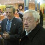 Ángel Guirao, saludando a Javier García de Leániz y a los familiares de los vecinos que darán nombre a las nuevas calles