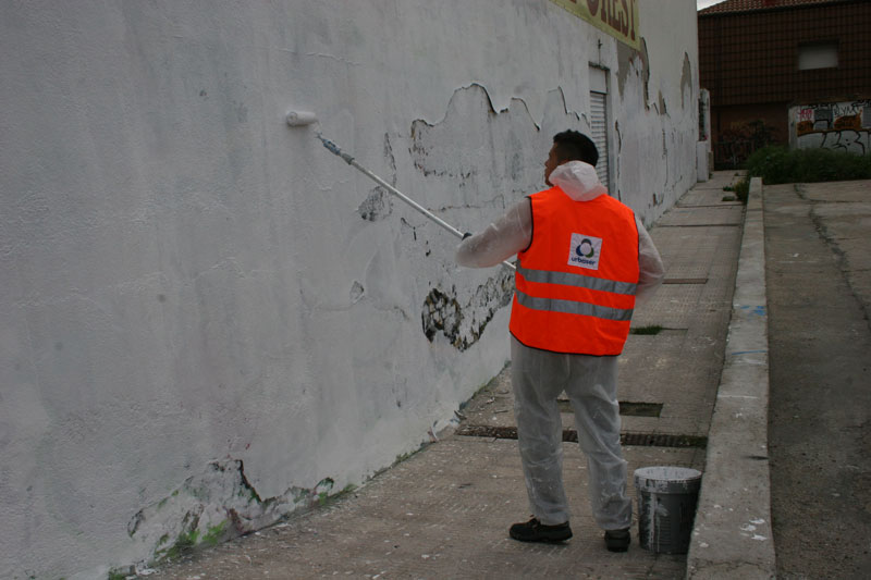 Uno de los dos grafiteros condenados ha empezado a realizar los trabajos en beneficio de la comunidad