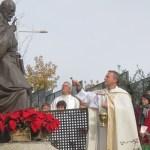 D.Gabriel García Serrano, bendice la talla de San Ignacio de Loyola del escultor Carlos Terrés