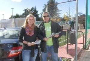 Nina Wormer y Javier Ros de acTÚa, recogiendo firmas junto al Minifútbol
