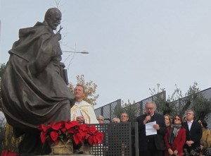 Carlos Terrés, explica los signos de su escultura de San Ignacio de Loyola durante la inauguración y bendición.