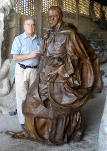 El artista Carlos Terres en su taller, junto a la talla de San Ignacio de Loyola, donada al colegio de Torrelodones