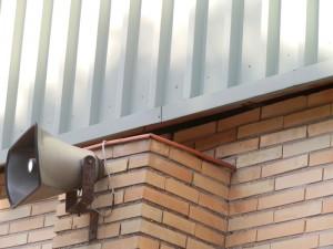 """Se puede observar la importante """"luz"""" que se ha formado entre el muro y el techo. A simple vista se puede observar desde fuera el interior del pabellón."""