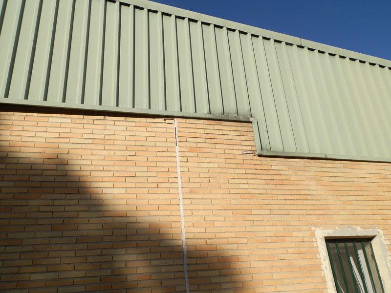 El muro afectado del pabellón es el que da hacia la piscina