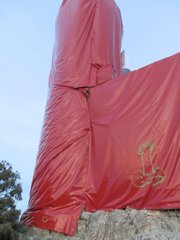 Los vecinos de Torrelodones se indignan al comprobar que se ha fijado la lona con tornillos