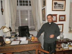 D. Miguel Antonio Ruiz Ontañón, Párroco de la Asunción de Ntra. Sra. en el despacho parroquial.