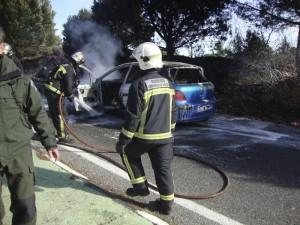 Extinguen el incendio de un vehículo en la Carretera de Hoyo de Manzanares a su paso por Torrelodones