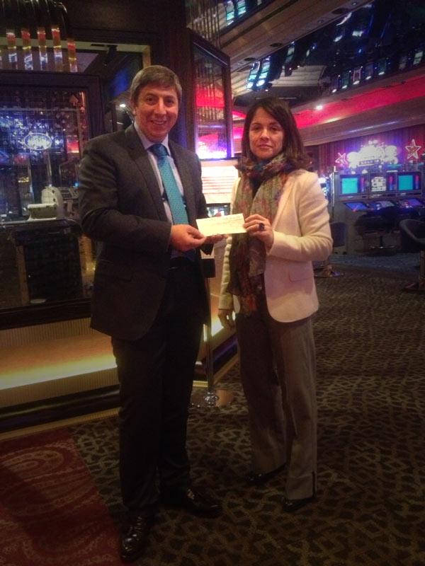 El Casino entrega a la Alcaldesa de Torrelodones un cheque para ayuda social (Foto: Twitter del Casino Gran Madrid)