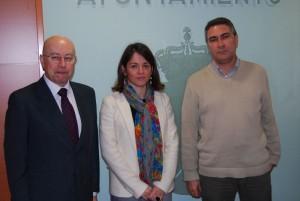 Dª Elena Biurrun, el Jefe Provincial de Tráfico de Madrid, D. Antonio Carrasco González (izq) y el Concejal de Seguridad, Gonzalo Santamaría (Foto: Ayto. de Torrelodones)