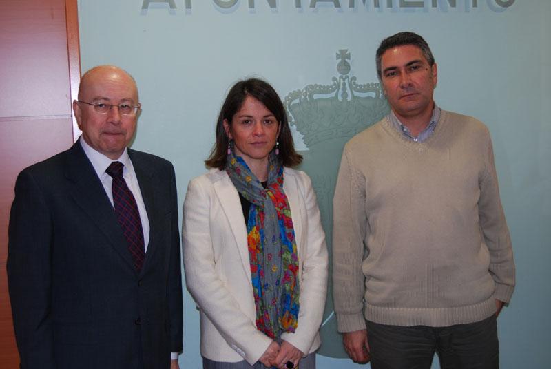 Dª Elena Biurrun (centro), el Jefe Provincial de Tráfico de Madrid, D. Antonio Carrasco González (izq) y el Concejal de Seguridad, Gonzalo Santamaría (Foto: Ayto. de Torrelodones)