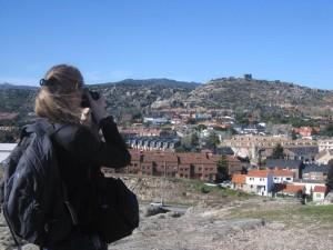 La periodista belga Flora Six fotografía El Canto del Pico desde la Torre de los Lodones 21/04/2013