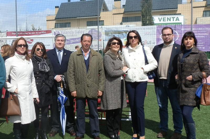 Gádor Ongil, en el centro, junto a algunos de los populares asistentes a la Misa del Domingo de Resurrección en Torrelodones