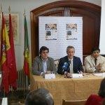 El alcalde y el concejal de comunicación, junto al presidente de la Asociación de Empresarios de Hoyo de Manzanares, durante la presentación a los medios del Concurso