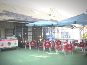 Terraza para jóvenes, entrada libre, perritos, hamburguesas y bebidas sin alcohol