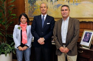 El Director General de la Guardia Civil junto a la Alcaldesa y el Primer Teniente de Alcalde de Torrelodones (Foto: GuardiaCivil.es)