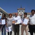 """Los ganadores del Concurso """"De Tapas por Hoyo"""" 2013 con el alcalde (izquierda) y el presidente de la AEHOM (derecha)"""