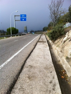 Vía de Servicio de la A6, donde debería construirse la acera entre la Berzosilla y el polideportivo