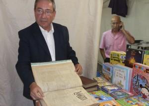 Gustavo Blázquez, presidente de la Asociación de Libreros La Galatea, enseña una recopilación del periódico La Mosca