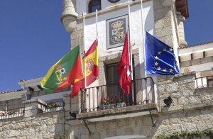Las banderas ondean a media asta en el Ayuntamiento de Hoyo de Manzanares