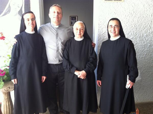 D. Gabriel Mª García Serrano, Párroco de San Ignacio de Loyola (Torrelodones) y las Hnas. Auxiliares Parroquiales