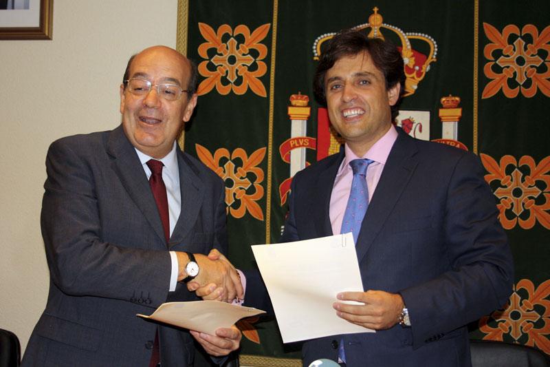 Los alcaldes de Galapagar y El Escorial, tras la firma del Convenio para compartir servicios