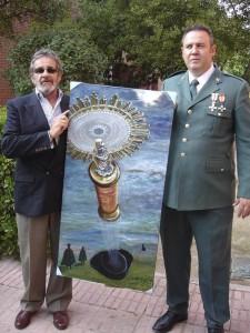 Vicente Alcobendas y Agustín, junto a la obra regalada por el primero, al Puesto de Torrelodones