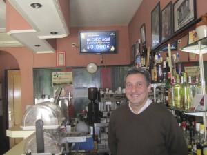 Carlos, uno de los hermanos propietarios del Bar Olivas de la colonia de Torrelodones